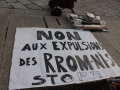 Préparation d'une pancarte contre les expulsions des Rrom-ni-s